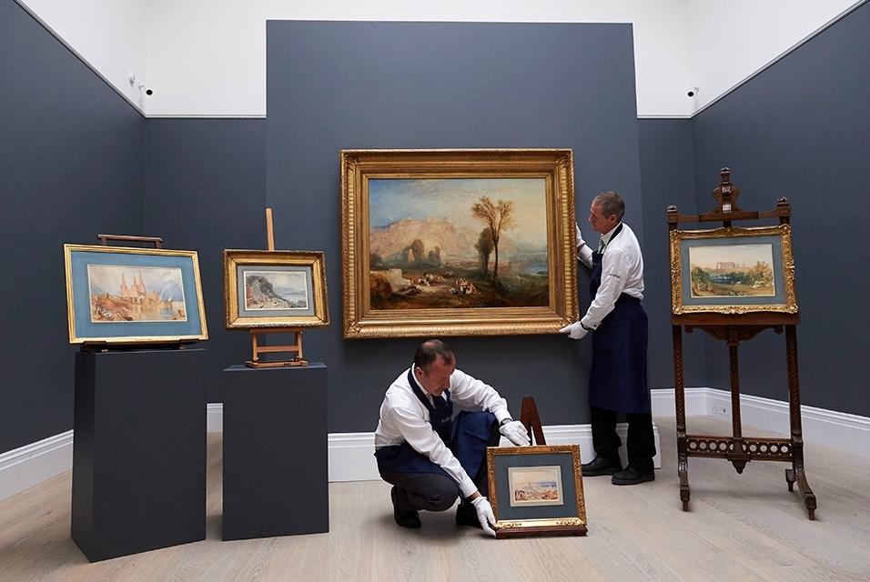 Демонстрация предметов искусства на популярном аукционе «Сотбис»