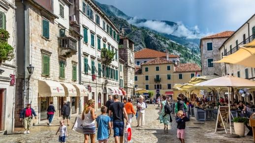 В Черногории в курортный сезон всегда полно туристов, в том числе из России